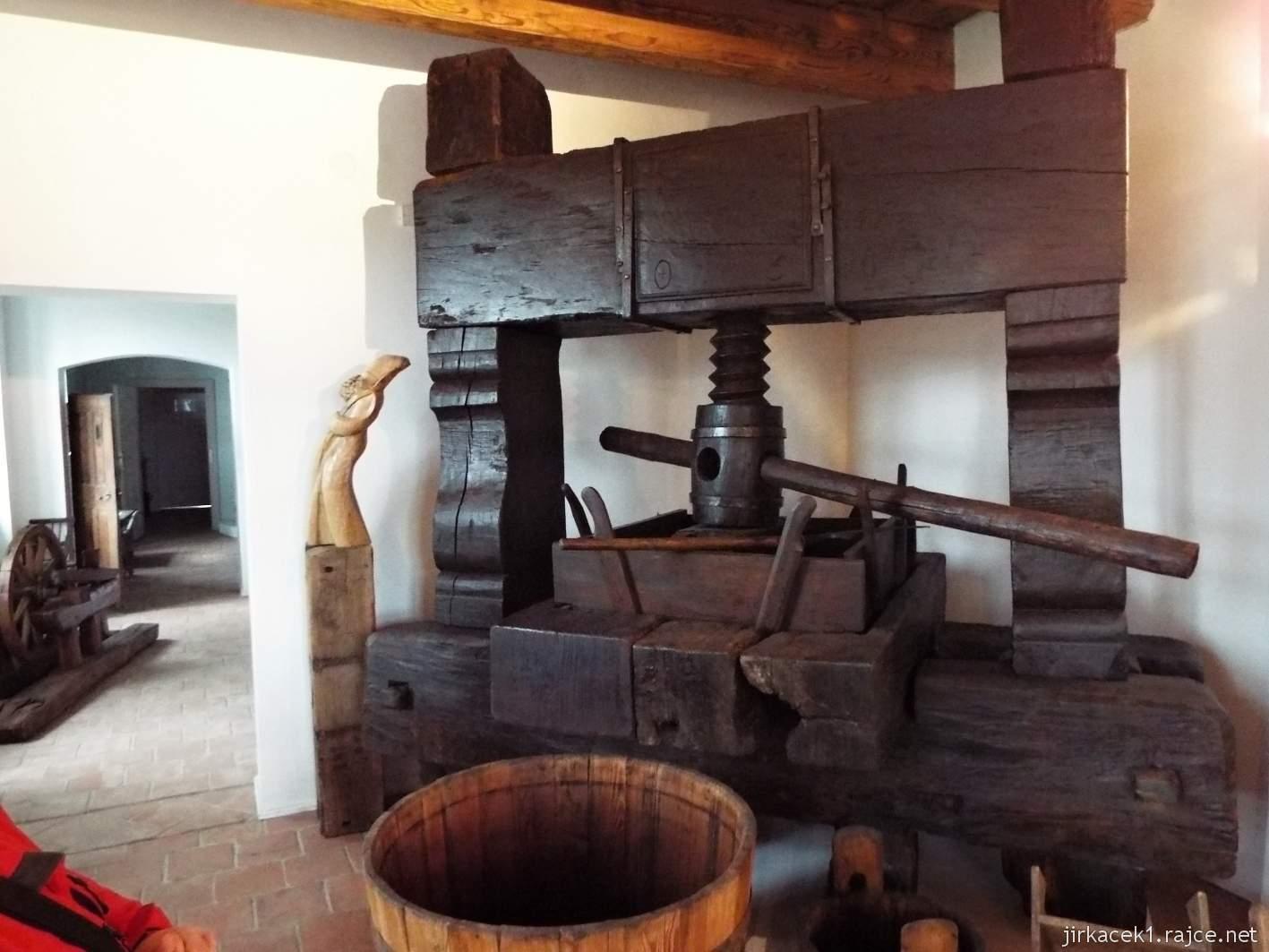 Žarošice - muzeum - expozice vinařství a řemesel - šroubový vinný lis z roku 1805