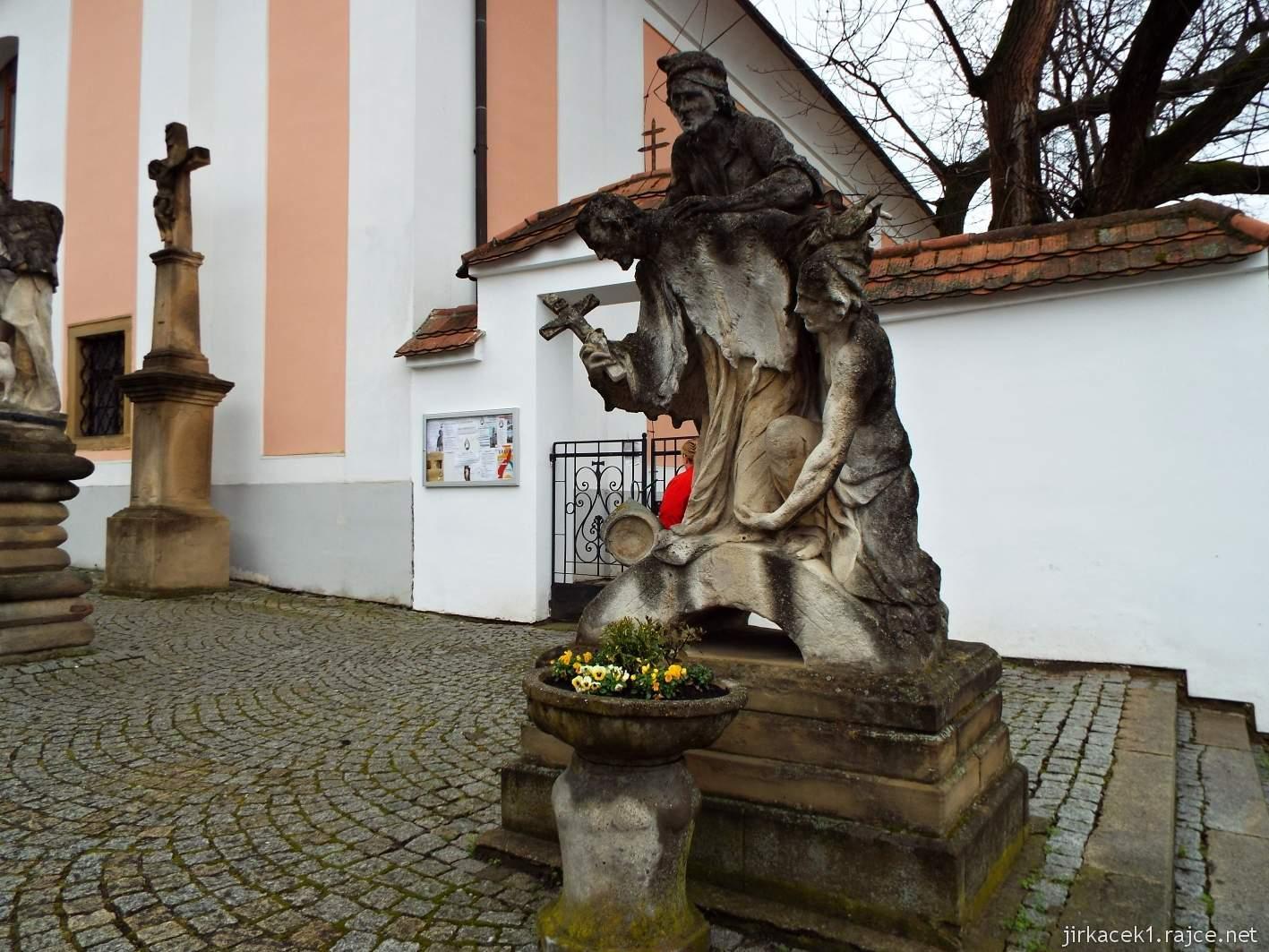 Žarošice - Kostel sv. Anny - sousoší sv. Jana Nepomuckého s katy v úborech jakobínů, kteří ho svrhují do vody