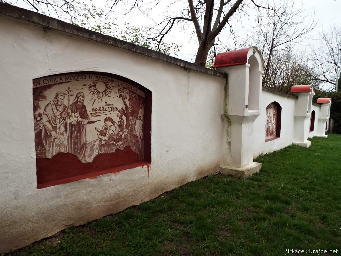 Žarošice - Kostel sv. Anny - mozaiková Křížová cesta a Figurální sgrafita na zdech za kostelem