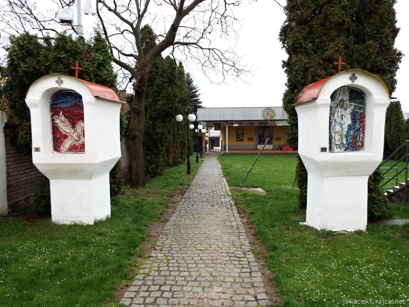 Žarošice - Kostel sv. Anny - mozaiková Křížová cesta a areál za kostelem