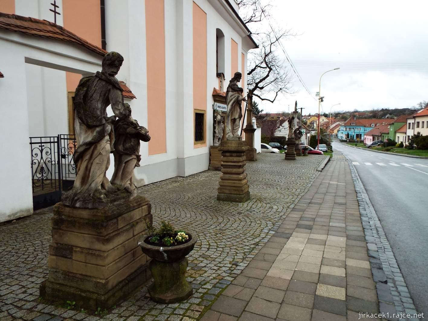 Žarošice - Kostel sv. Anny - sochy před kostelem