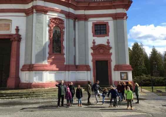 05 začátek jarních prázdnin před bazilikou svaté Zdislavy v Jablonném.