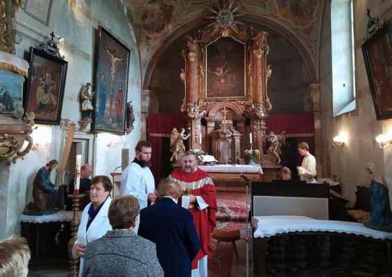 Obřad svatého přijímání v strupčickém kostele.