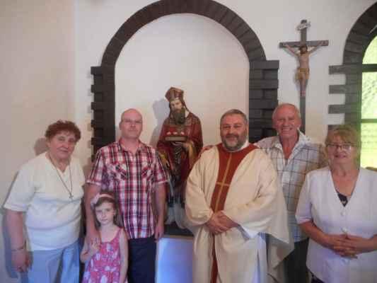 Účastníci bohoslužby u sochy sv. Mikuláše. Boleboř.
