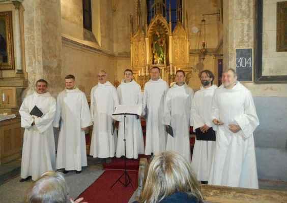 28 ..účinkující Schola Gregoriana Pragensis v presbytáři kostela zpívá hlavně latinské modlitby... (foto: Wittmann st.)