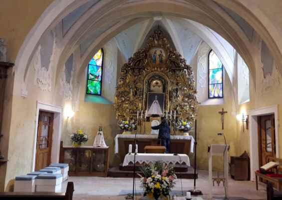 Instalace náhradního obrazu v době nepřítomnosti milostné sochy Panny Marie Květnovské.