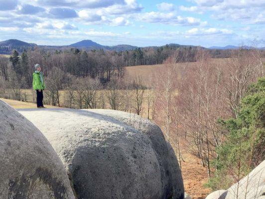 16 ... na skále zvané Sloní kameny nebo Bílé kameny je hezký výhled...