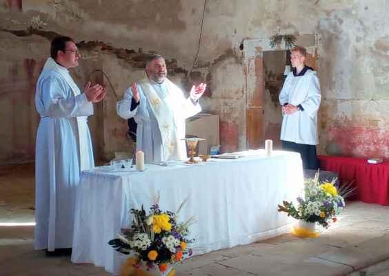 Po dvou letech je zde slouží druhá mše svatá v tomto tisíciletí..