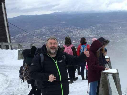 21 ..na vrcholu Ještědu s výhledem na Liberec, ještě je všude sníh...