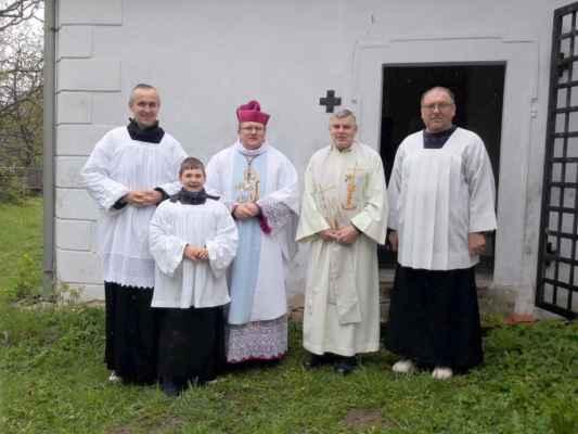 38 ministranti s hlavním celebrantem vikářem Řehořem Czernym...