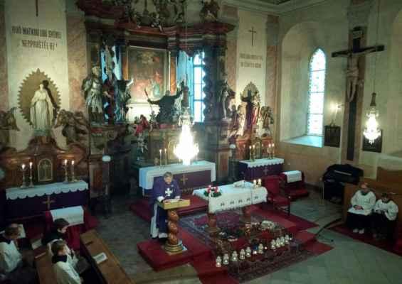 Začínáme Advent, o 1.neděli proběhlo žehnání adventních věnců a průvod s rorátními zpěvy a dětmi s lampičkami.