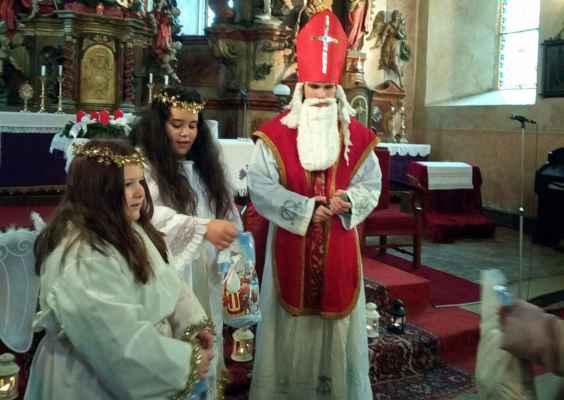 Každoročně nemůže chybět ani postava svatého biskupa Mikuláše s anděly a dárky pro děti.