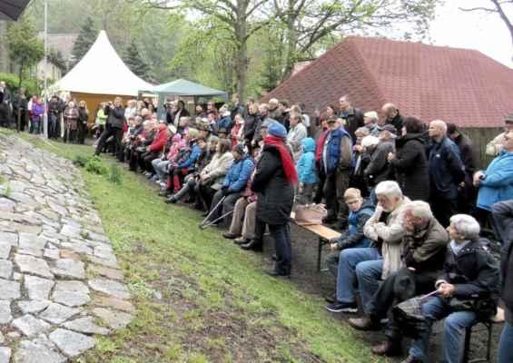 47 .. ačkoli hrozil déšť a vítr, sešlo se hodně lidí z horských vesnic, Jirkova i Chomutova..