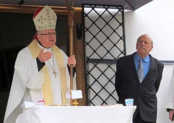 """46 biskup Jan Baxant vysvětil kapli na titul Panny Marie """"Matky Krušných hor"""", vedle pan O.Macák, zvoník a tlumočník"""