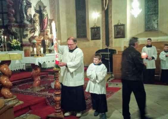 33 velikonoční svíce - paškál - symbol zmrtvýchvstalého Krista