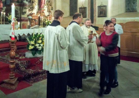 34 první svaté přijímání nově pokřtěných