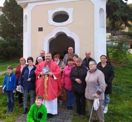 Společné foto před kaplí.