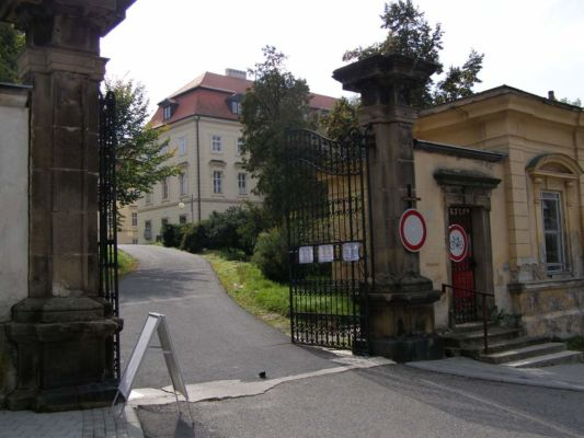 Zámek Napajedla - vstupní brána do areálu zámku
