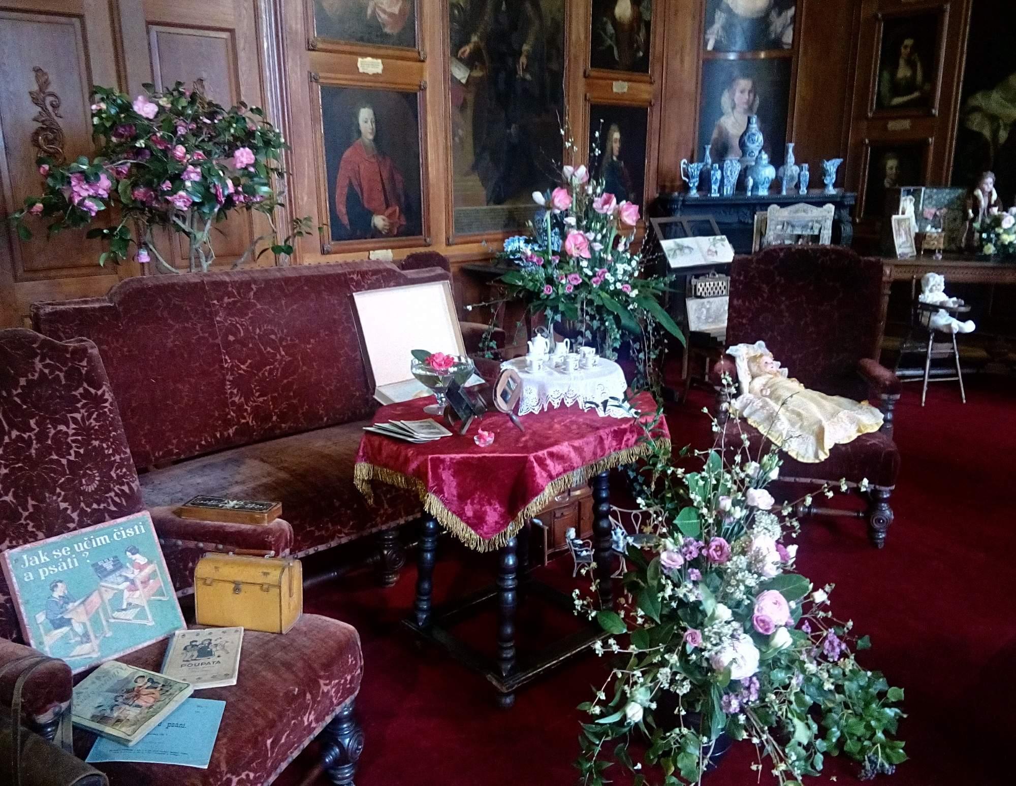 Květinové aranžmá v zámku. Foto: Karolína Pycunová