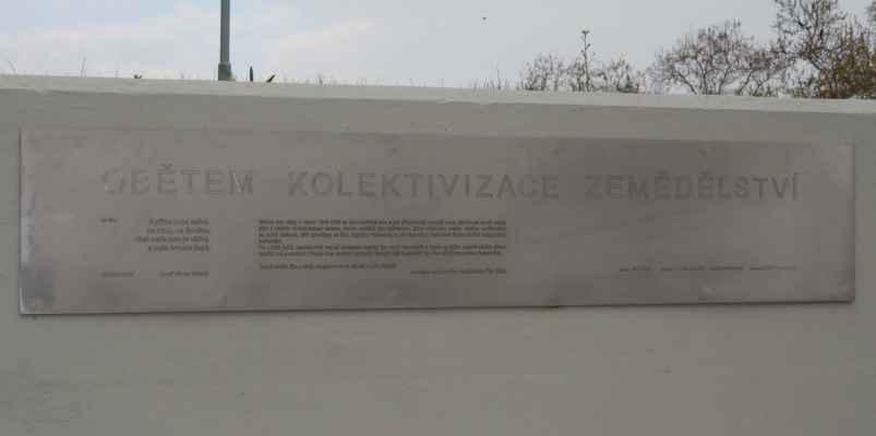 Součástí památníku je deska na zídce schodiště. Autory památníky jsou architekti Tomáš Novotný a Zuzana Mezerová, vytvořili jej sochař Jiří Fileštík a mistr kovář Petr Podzemský.