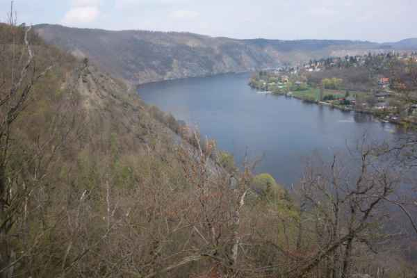 Vyhlídka (údajně by se měla nazývat Škroupova) do údolí Vltavy a na Vrané byla doslova odměnou za krátkou zajížďku.