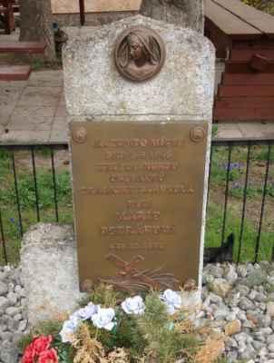 Památní Marie Petrákové před krčmou. Připomíná tragickou událost z roku 1945, kdy byla na tomto místě v posledním dnu války zastřelena hospodská Marie Petráková (1890-1945).
