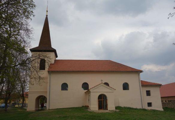 Vedle zámku je kostel sv. Ducha, který vznikl současně s obcí. Z původního kostela ale zůstal zachován jen gotický portál, který byl objeven při opravě fasády a zazděn v severní zdi lodi. V 18. stol. proběhla obnova kostela proběhla díky Františce Terezii Frischmannové z Ehrenkronnu, která byla majitelkou velkostatku. Náhrobní deska donátorky je umístněna v lodi kostela. V roce 1907 byl interiér nově polychromován dle návrhu benediktina Pantaleona Majora. Bohužel, kostel byl uzavřen a dovnitř se nedalo nahlédnout.