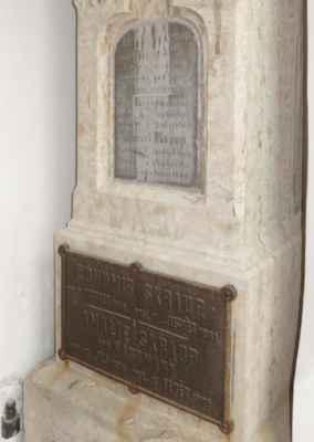 Jeho bratr František, hudební skladatel, zde ale pohřben není.