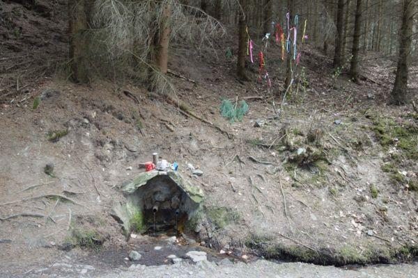 Studánka Korábka. Poblíž pramene je možné projít středověkou odvodňovací štolu - pozůstatek po těžbě zlata. Pozůstatky po těžbě jsou v lesním terénu víc než patrné, ale štolu jsme hledat nešli.
