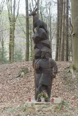 Odpočívadlo s dřevěnou sochou sv. Huberta od Jaroslava Bíma a Jiřího Bíma. Cca 100 metrů od ní by měl být vstup do již zmíněné odvodňovací štoly, ale jak už jsem psala, my ji nehledali.