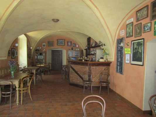 kavárna - stylová Kavárna v čeledníku s barem z roku 1830 a kolekcí kuriozních starobylých obrázků.