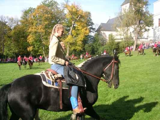 """""""Kolem hlavy mám svatozář holky od koní,  když zavírám oči a doufám, že předhoním aspoň o kousek čas."""" Devítka - Holka od koní https://www.youtube.com/watch?v=EtJ475RbuAQ"""