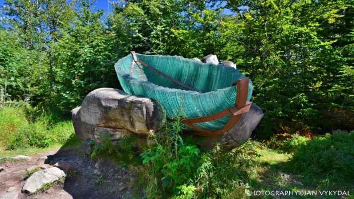 Skleněná archa v lesním moři Evropy