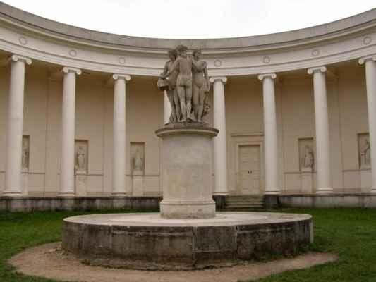 Lednice - chrám Tří Grácií - sochy antických bohyní Athény, Afrodity a Artemis na podstavci