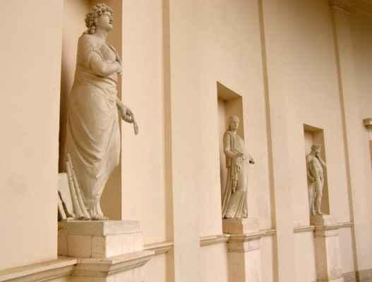Lednice - chrám Tří Grácií - výklenky s alegorickými sochami klasického umění a věd