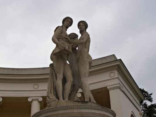 Lednice - chrám Tří Grácií - sochy antických bohyní Athény, Afrodity a Artemis