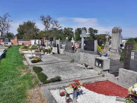 hřbitov je hezky udržovaný a jsou zde nákladné pomníky