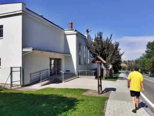 jdeme dolů kolem sokolovny,   Sokolovna pochází z roku 1935, je po rekonstrukci v 90.letech