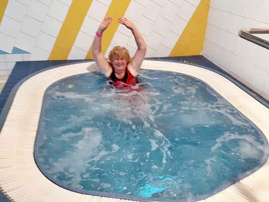 a ted hodinka v bazénu - teplá vířivka a pak plavat!