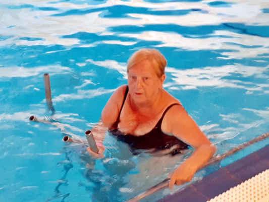 cvičení ve vodě, to je něco na kolena