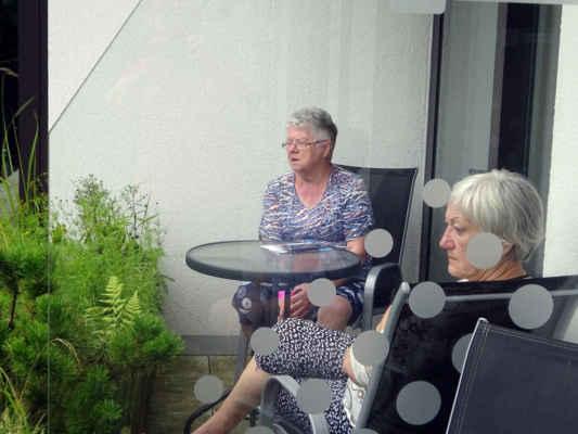 holky si zatím lebedí na balkoně, konec siesty, jde se na večeři a do bazénu!