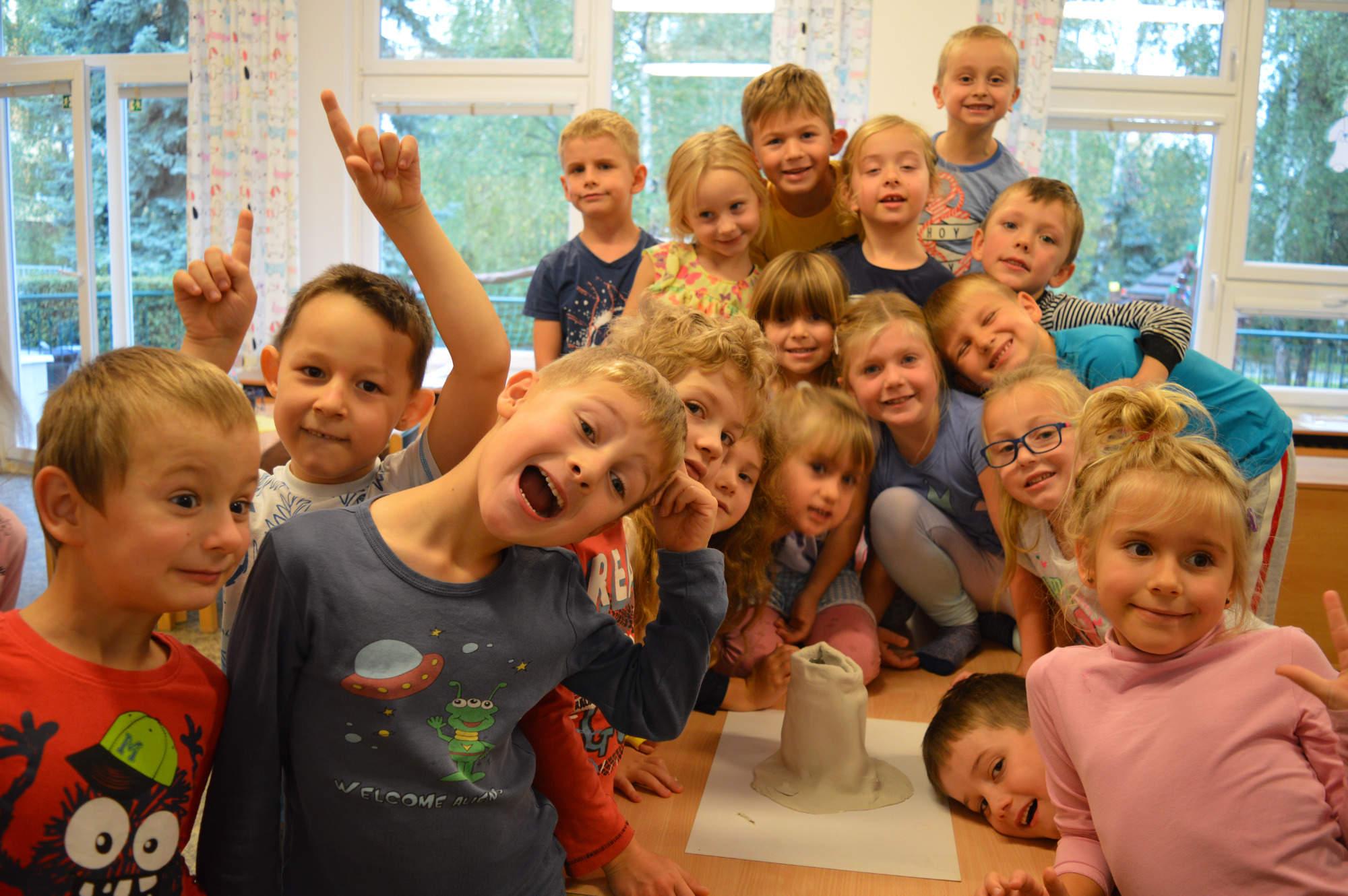 skupina smějících se dětí ve třídě