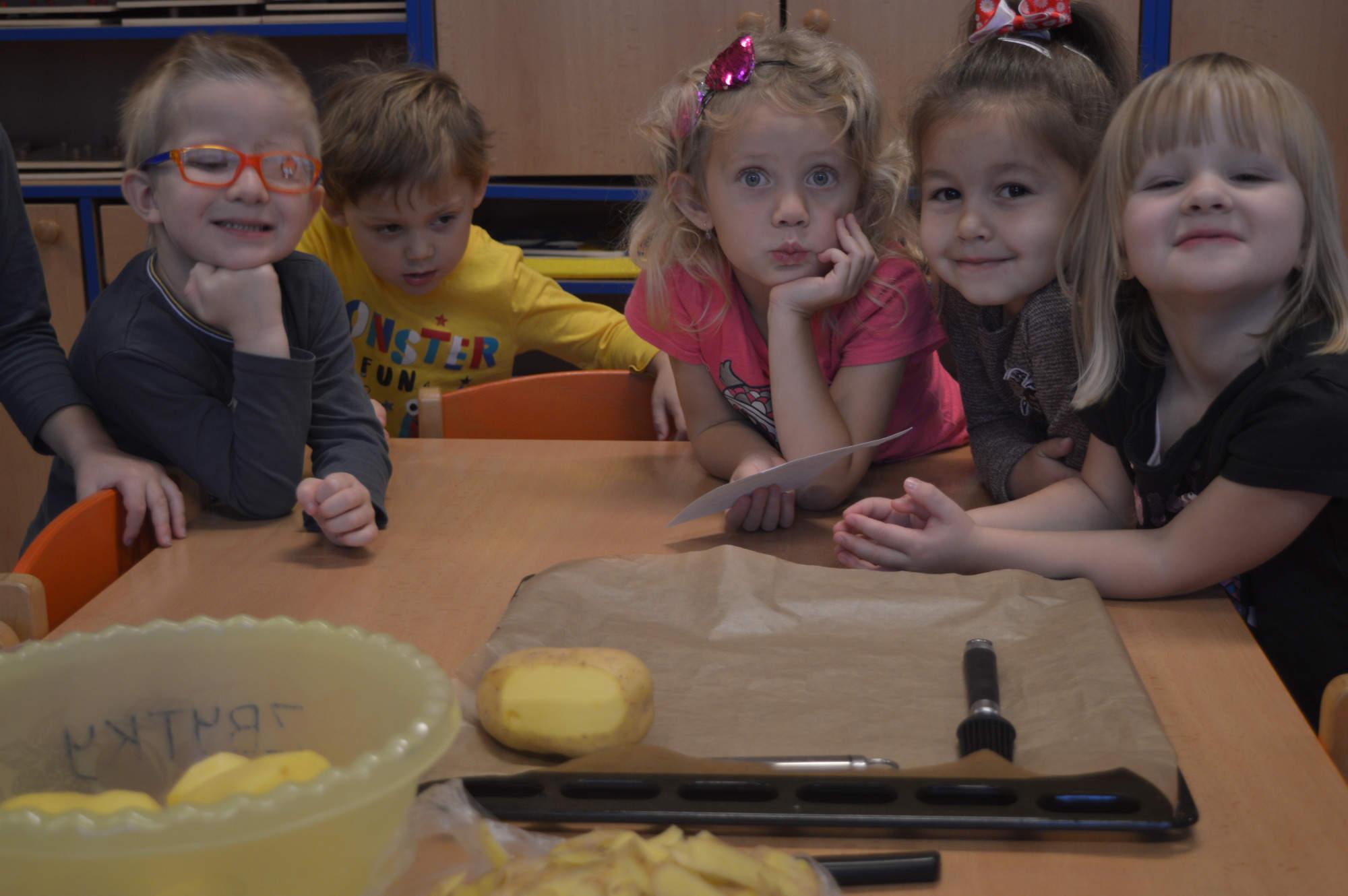 děti loupou brambory ve třídě