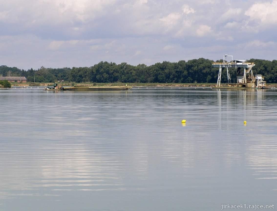 Náklo - pískovna a jezero Kobylník 02 - vlevo člun, vpravo těžní věž