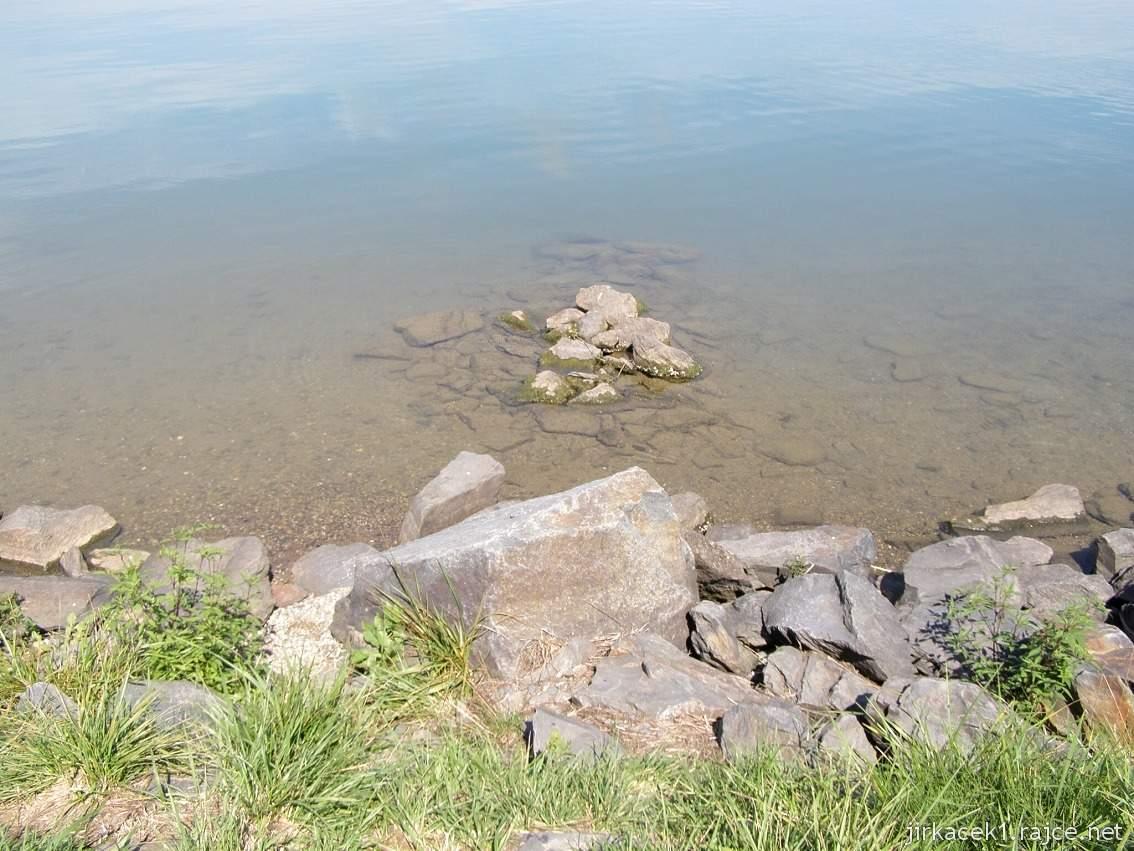 Náklo - pískovna a jezero Kobylník 09 - kamenitý břeh