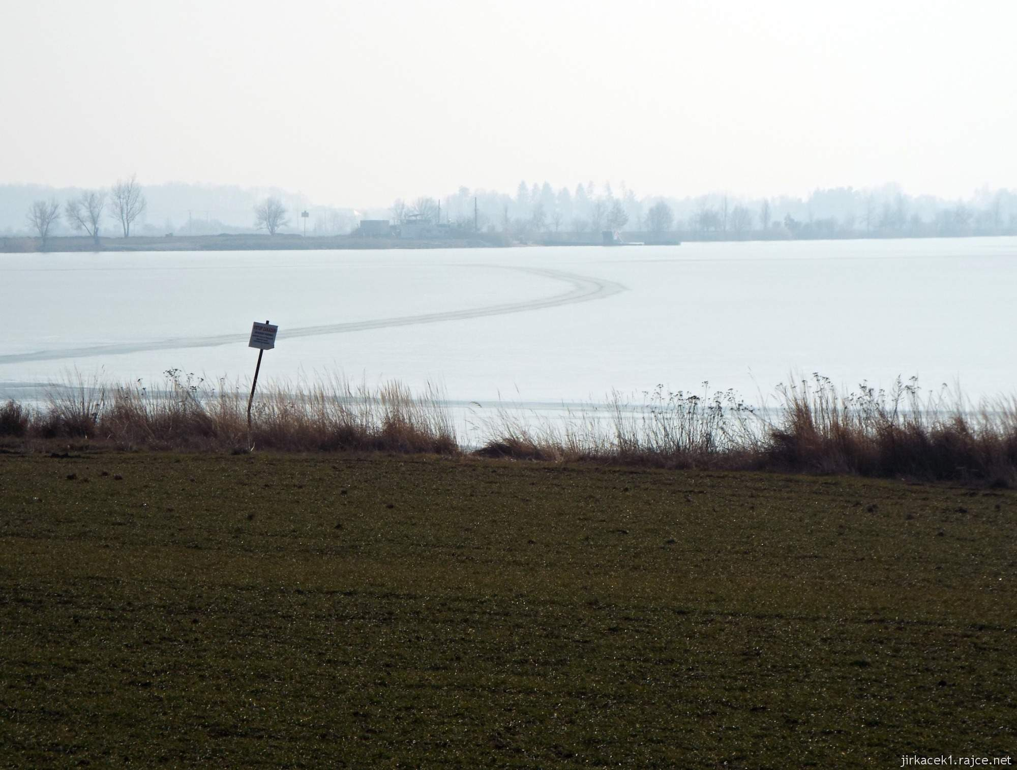 esta mezi Březové a Lhotou - zamrzlé vody pískovny Náklo a stopy po jízdě autem na ledě
