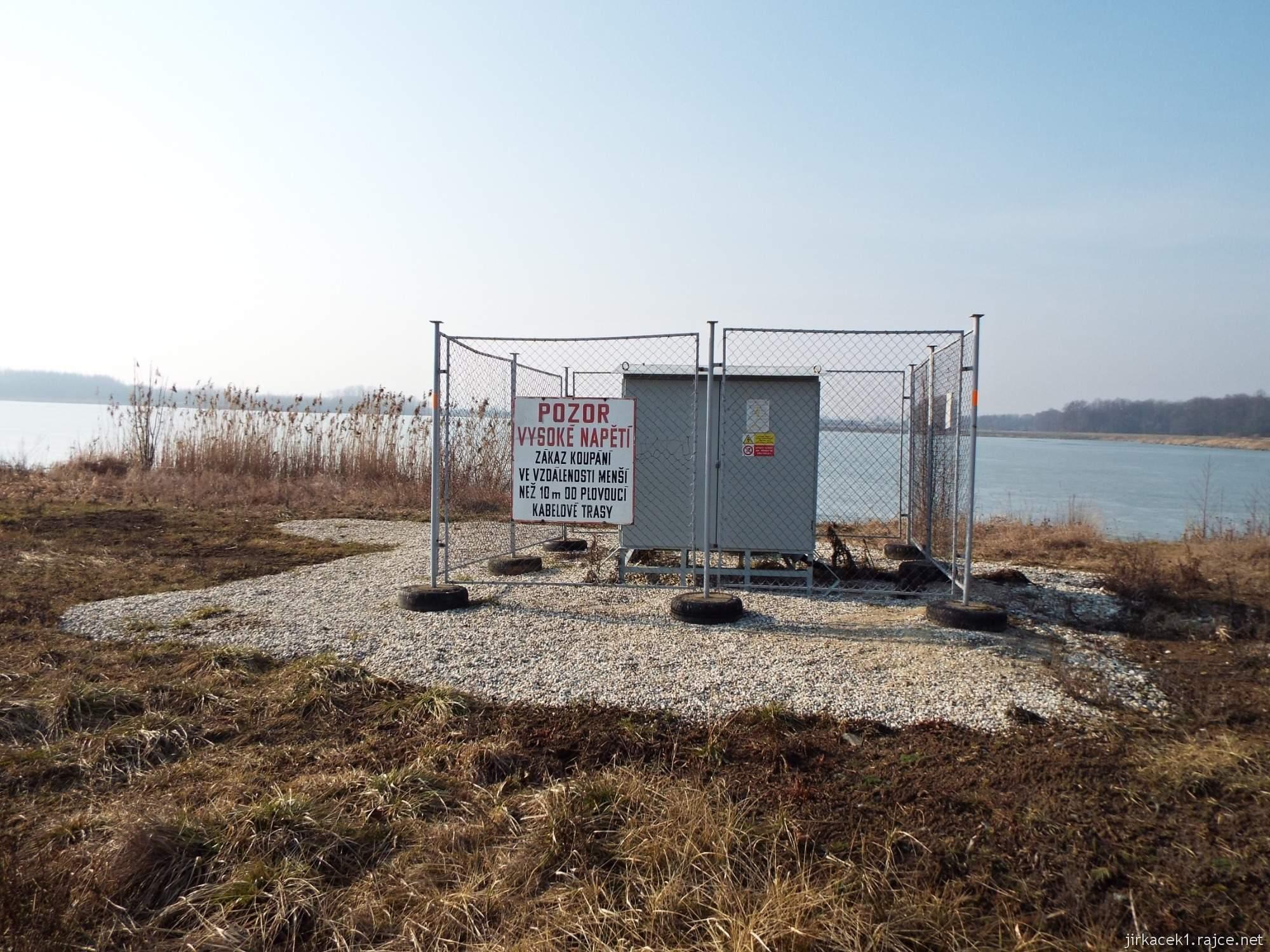 cesta mezi Březové a Lhotou - pískovna Náklo - rozvodna elektřiny na břehu