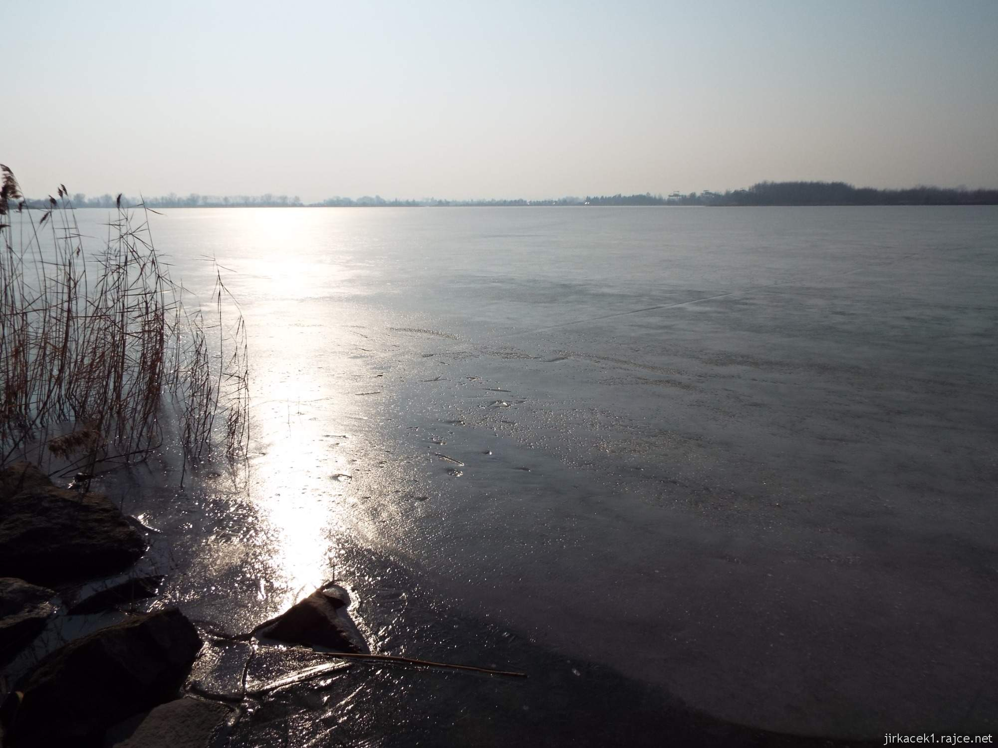 cesta mezi Březové a Lhotou - pískovna Náklo - odraz slunce na zamrzlé hladině