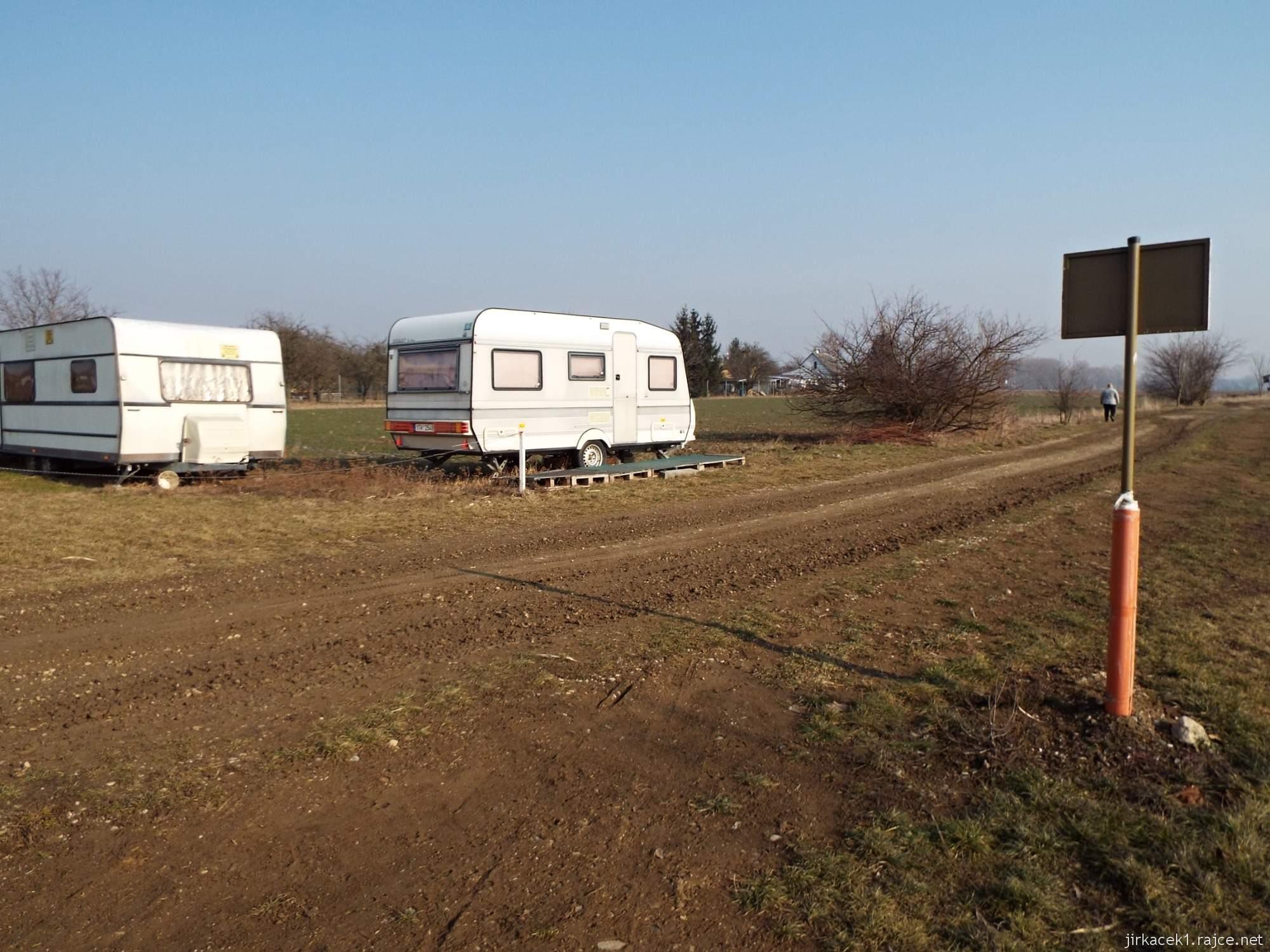 cesta mezi Březové a Lhotou - pískovna Náklo - karavany na břehu