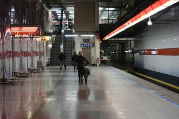 Z Vltavské jsem se přesunula metrem do Letňan - vystupovalo tu více cyklistů, ale ti jeli s nějakým Jirkou. Naštěstí...